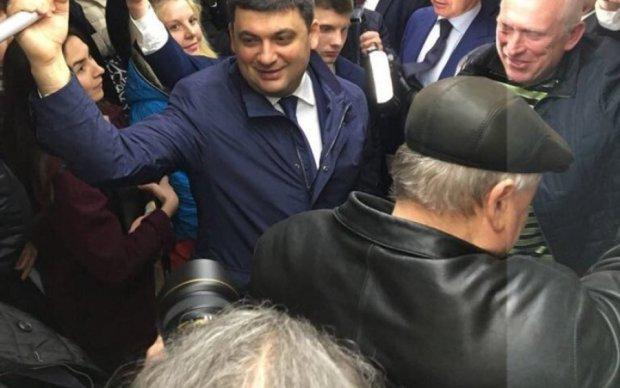 Седая голова испортила фото Гройсмана в харьковском метро