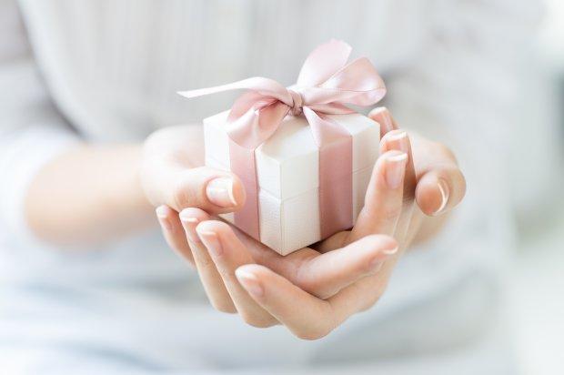 Мужчина открыл подарок бывшей возлюбленной спустя 48 лет. Его содержимое шокировало всех. Даже женщину, презентовавшую его