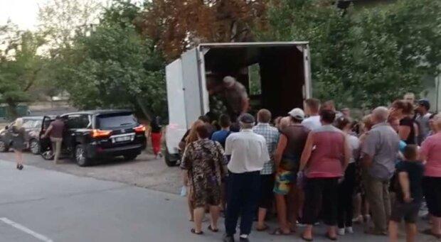 Рожков приїхав на Lexus за 3 млн роздавати виборцям кавун, фото: Сергій Нікітенко