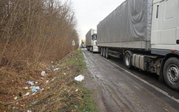 Бесконтрольные фуры: сотни тонн на украинских дорогах никто не замечает