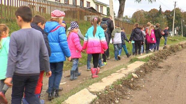 """Жизнь прикарпатских школьников показали экстремальным видео: """"10 километров пешком через горы"""""""
