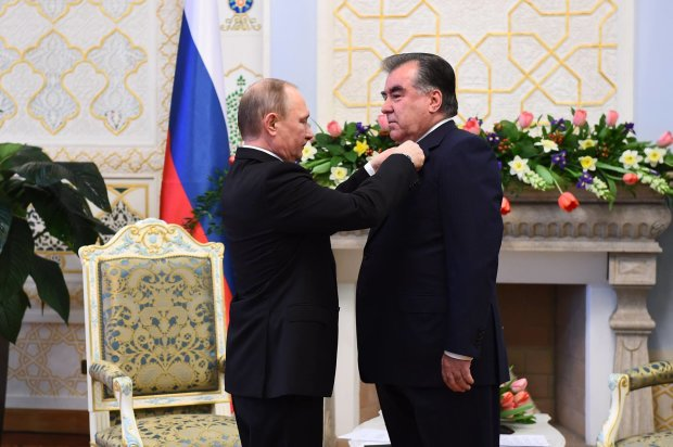Президент Таджикистану помацав Путіна і показав йому свої кавуни