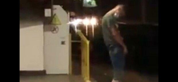 Пьяный в драбадан киевлянин справил нужду в метро и чуть не угодил под поезд - достал из штанов, шатаясь