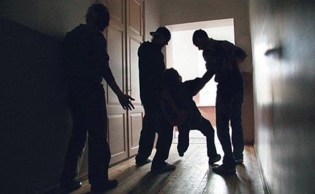"""Малолітки на чолі з матір'ю-алкоголічкою тримають у страху район: """"Погрожують ножем і б'ють"""""""