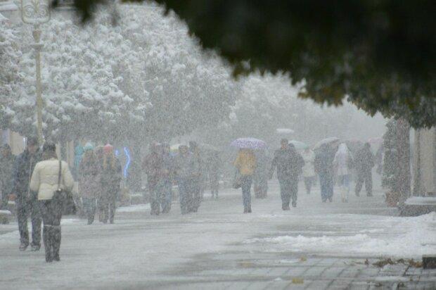 До України стрімко мчить сніговий монстр, масштаби стихії приголомшують: які регіони під ударом