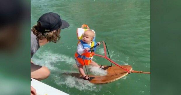 """Батьки-екстремали поставили 6-місячного синочка на лижі, авантюру не оцінили: """"Подивіться на його ноги, бідний малюк"""""""