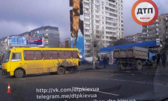 У Києві ЗІЛ протаранив маршрутку і влетів у зупинку