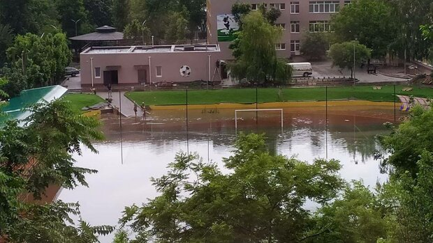 """""""П**дять наші гроші"""" - стадіон в Южному підмочив репутацію Зеленського та перетворився на поле для водного поло"""