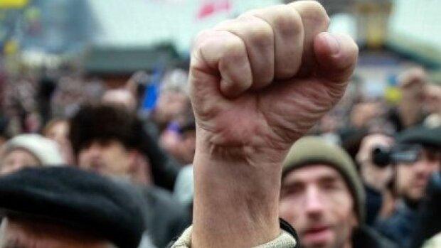 Франківську мерію оточив розлючений натовп, нерви на межі: що вимагають від Марцінків