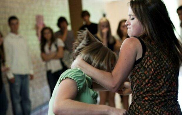 """В Киеве школьницы расправились с """"новенькой"""" среди гаражей, видео недетской жестокости"""