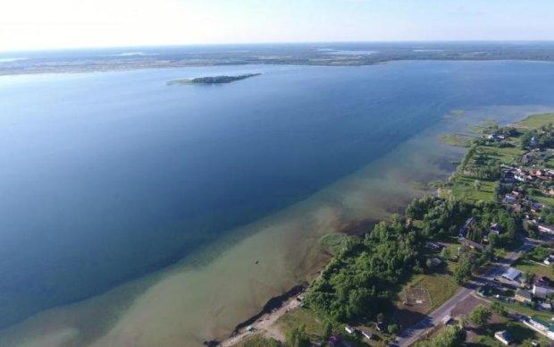 Крупнейшее озеро Украины показали с высоты птичьего полета