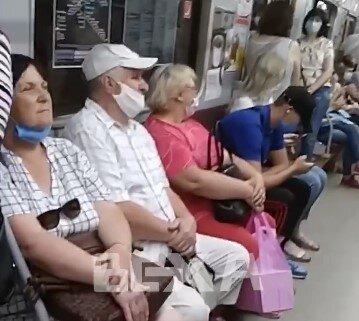 """Харківські пенсіонери """"начхали"""" на маски в метро, а молодь приємно здивувала"""
