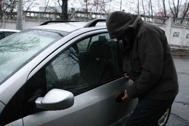 У Львові масово крадуть автівки: чужа тачка ближча до тіла, бережіть колеса
