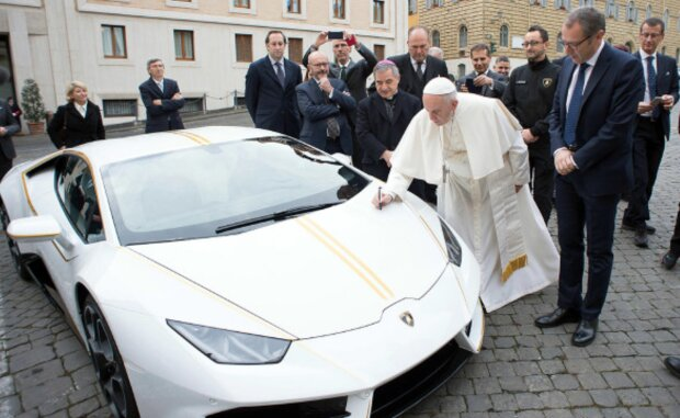 """""""Святая"""" машина за 816 тысяч долларов: Папа Римский продал Lamborghini одним взмахом кадила"""