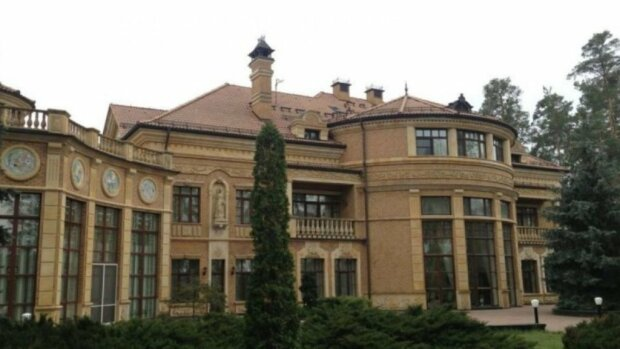 Четыре спальни, бассейн, солярий и унитазы из мрамора — как Зеленский шикует на даче Ющенко в Конча-Заспе