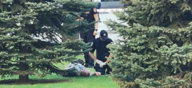 Поліція і потерпілий / фото: Дмитро Кішка