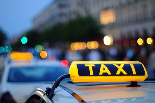 Таксі провалилося крізь землю в центрі Києва: пекло організували комунальники