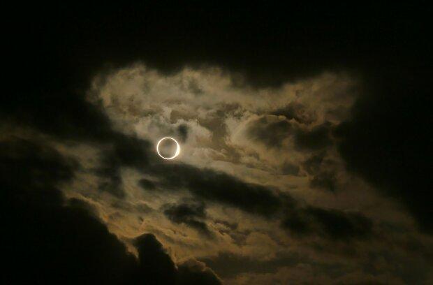 """""""Вогняне кільце"""" в небі потрапило на фото: мешканці зняли неймовірне явище, останнє у році"""