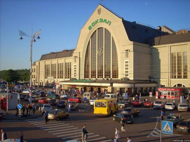 На киевском вокзале искали бездомных: ребенок спал прямо на полу, видеошок