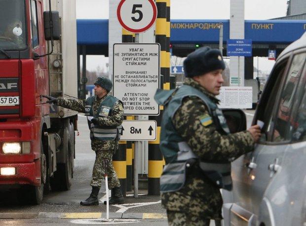 """Україна ускладнила правила в'їзду для іноземців: збиратимуть """"біоматеріал"""""""