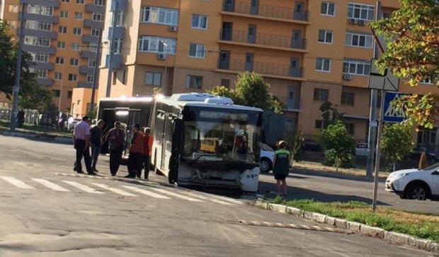 Автобус в Киеве провалился  колесами под землю (фото)