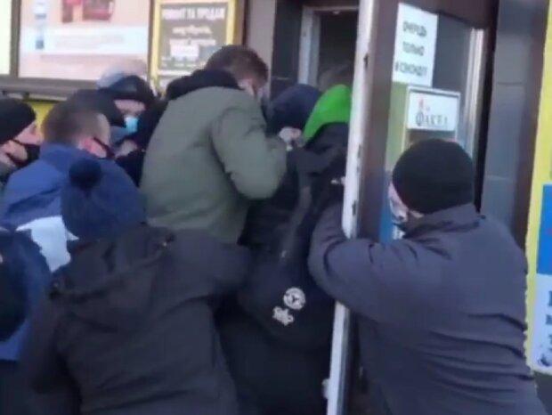 Толкотня на входе в секонд-хенда, кадр из видео
