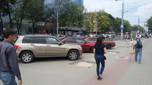 """Киевляне проучили героя парковки, """"сюрприз"""" ждал на капоте: осторожно, это плохо пахнет"""