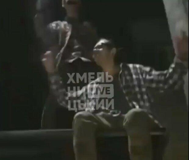 Танцы на крыше остановки, скриншот