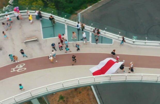 Флаг Белоруси в Киеве в поддержку, скриншот