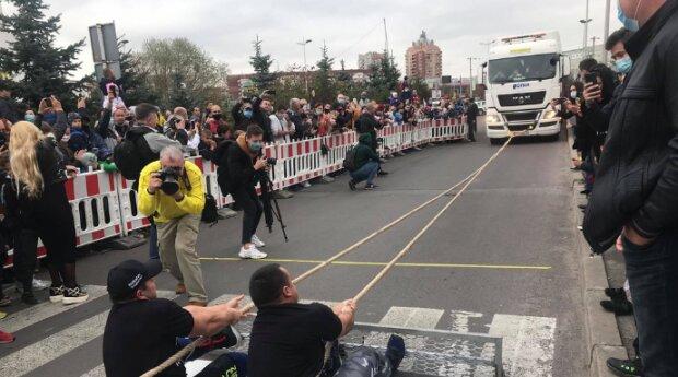 Львівські богатирі протягнули 104-тонний автомобіль та встановили рекорд України - кадри тріумфу