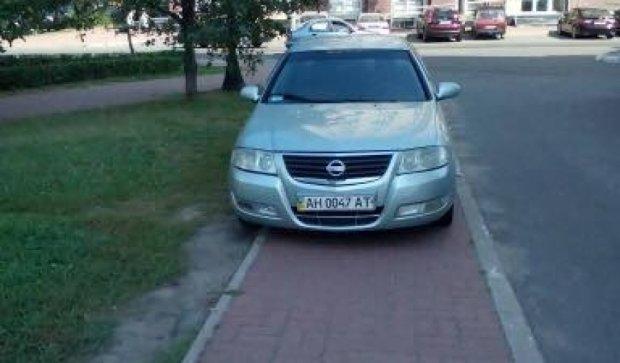 """Не столб - обойдет: """"герой парковки"""" занял весь тротуар"""