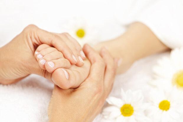 Чому крутить ноги: причини, симптоми і як з цим боротися