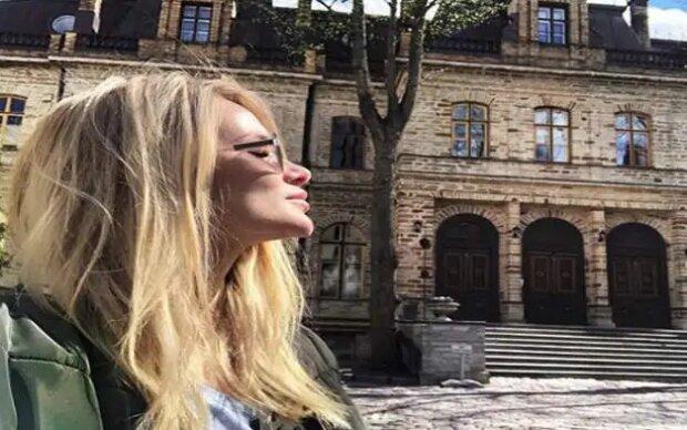 фото девушки на фоне замка