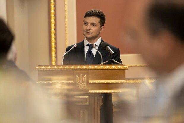 """Зеленский взялся """"переписать"""" Конституцию: что изменится в жизни украинцев"""