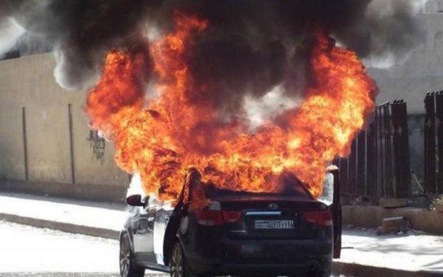 На київському мосту спалахнуло авто: відео