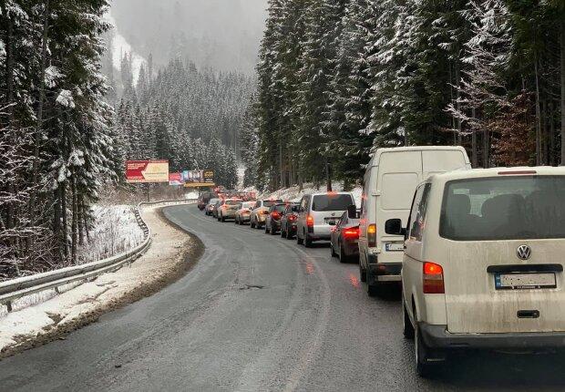 Пробки на дороге на Буковель во время локдауна, фото Facebook