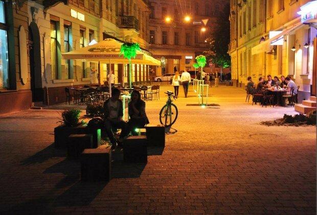 Зробили зауваження: у Львові п'яна банда напала на літнє подружжя, страшна розправа потрапила на відео