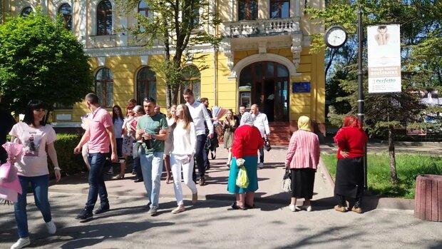 Дивні пози та лахміття: Польща виставила українок посміховиськом на весь світ