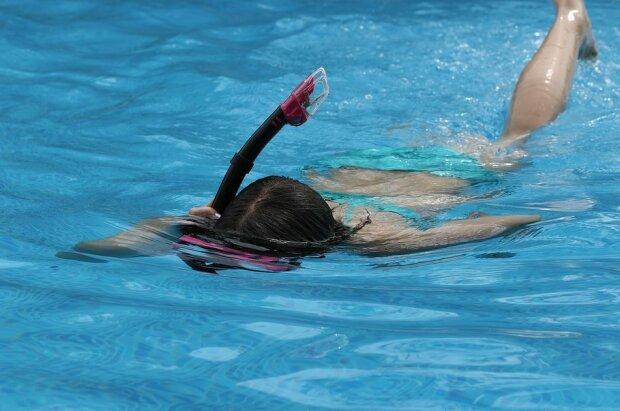 Дівчинка купається, фото: Pixabay