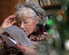 Бабуся читає платіжку за комуналку, Російська газета