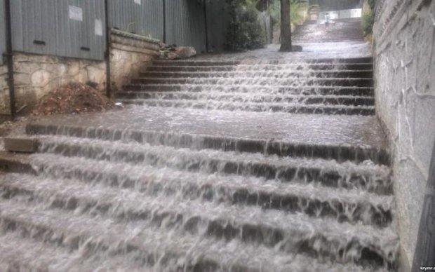 Навіть погода ненавидить окупантів: Сімферополь поплив