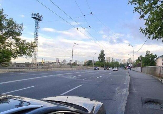 У Києві з мосту стягнули молоду дівчину, якій різко набридло жити