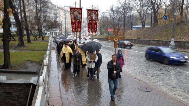 Газ в обличчя і священики в наручниках: Хресна хода у Києві закінчився моторошним побоїщем, кадри скандалу