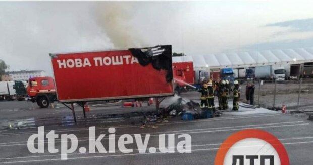 """У Києві спалахнула вантажівка з посилками """"Нової Пошти"""", компанія компенсує збитки"""