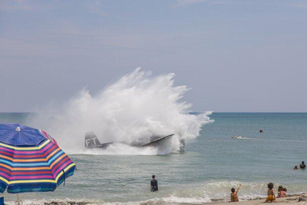 літак впав у воду, фото з Twitter