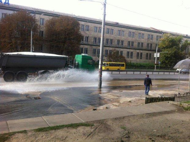 Поки Кличко виділяє мільйони на свята, кияни приймають душ у дірявих автобусах та потопають у смітті: 1551 завалений скаргами