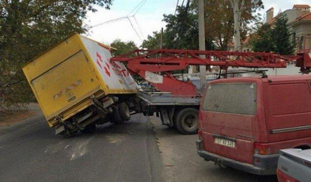 ДТП в Одессе: служба доставка столкнулась с автовышкой (фото)