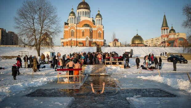 """Хрещення Господнє 2020 у Києві: українські """"моржі"""" вже змили всі гріхи, як столиця зустріла світле свято, фото"""