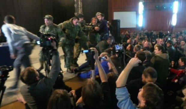 Декоммунизация по-харьковски: столкновения и темнота в зале