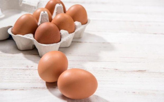 Эксперты показали, как нужно разбивать яйца